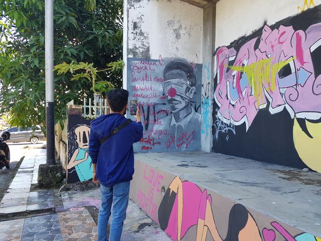 Mural Mirip Presiden Jokowi dengan Kepala Bertanduk di Pangkalpinang (229215)