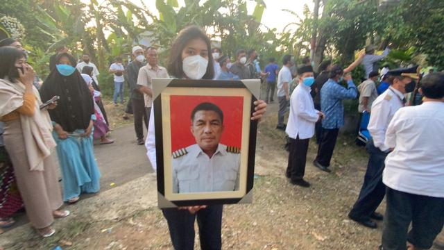 Jenazah Pilot Rimbun Air Kapten Mirza Tiba di Rumah Duka di Bogor (25475)