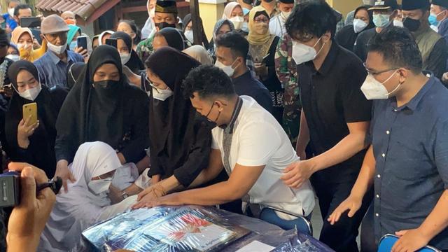 Jenazah Pilot Rimbun Air Kapten Mirza Tiba di Rumah Duka di Bogor (25476)
