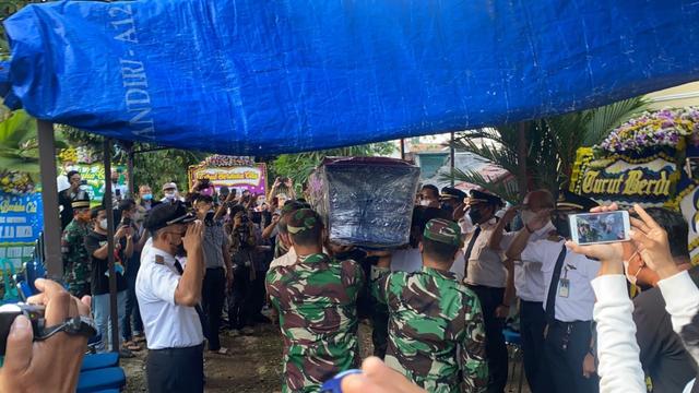 Jenazah Pilot Rimbun Air Kapten Mirza Tiba di Rumah Duka di Bogor (25477)