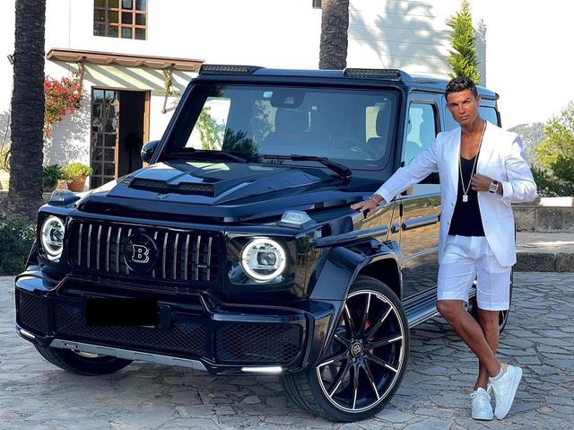 Gaya Glamor Ronaldo ke Kamp Latihan MU: Naik Mobil Rp 4,8 M & Dikawal 2 Penjaga (2)
