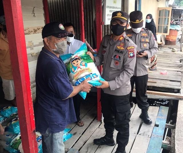 Polsek KKP Batam Beri Bantuan Paket Sembako ke Warga (47063)