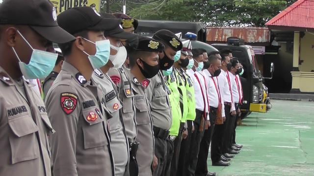 Berhasil Tangkap DPO Penyerangan Posramil Kisor, 14 Polisi Dapat Penghargaan (3)