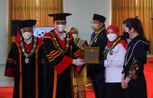 Wali Kota Bandar Lampung Terima Penghargaan Adi Karsa Madya dari Itera (200531)