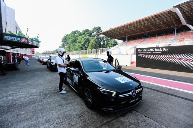 kumparan Test Drive: Menggeber Mercedes-AMG Pertama yang Dirakit di Indonesia (705899)