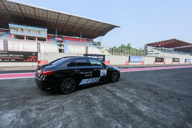 kumparan Test Drive: Menggeber Mercedes-AMG Pertama yang Dirakit di Indonesia (705900)