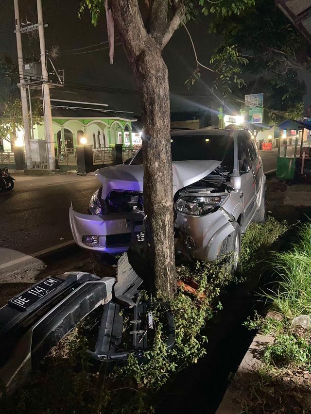 Sedang Terparkir, Mobil Milik Pedagang Nasi Goreng di Bandar Lampung Ditabrak (53479)