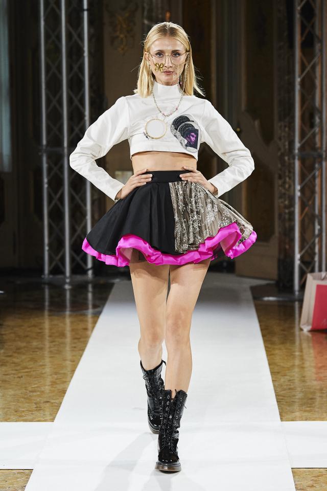 Bikin Bangga! Batik Durian Lubuklinggau Tampil di Milan Fashion Week 2021 (710373)