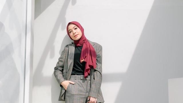 7 Gaya Busana Hijab Simpel hingga Edgy ala Dian Ayu (704933)