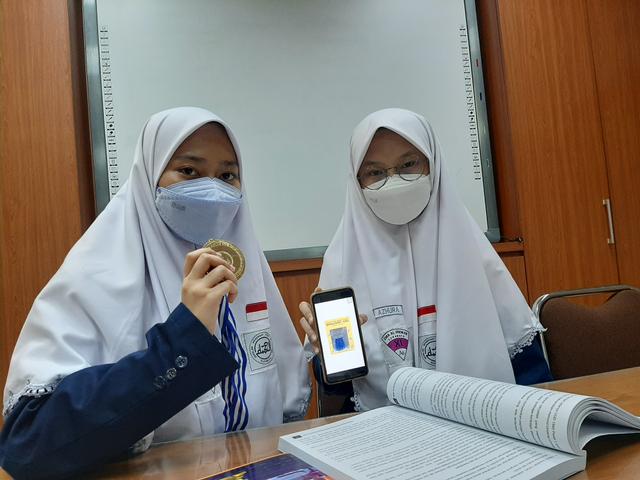 Buat Obat Nyamuk dari Rimpang, Dua Siswa SMA Surabaya Raih Medali Emas (843864)