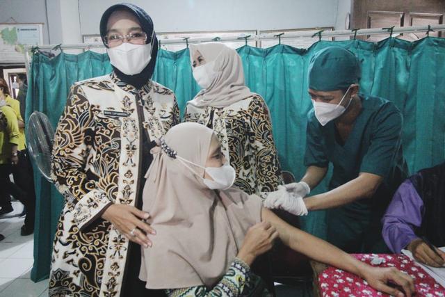 Pemkab Cirebon Kebut Capaian Vaksinasi, Sehari Ditargetkan Seribuan Dosis (713623)