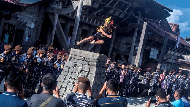 Foto: Taruna AAL Nikmati Atraksi Lompat Batu di Desa Wisata Bawomataluo (47613)