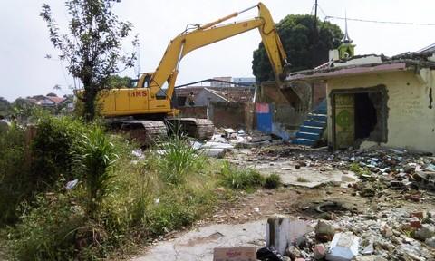 Pembongkaran proyek kereta di Desa Gadobangkong