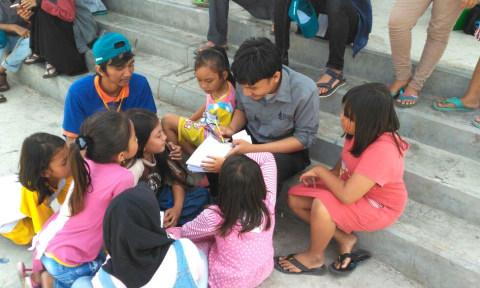Bermain dengan anak-anak di pelabuhan