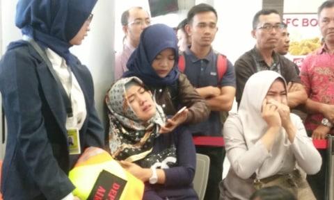 keluarga korban Lion Air menanti kabar, Bandara Depati Amir