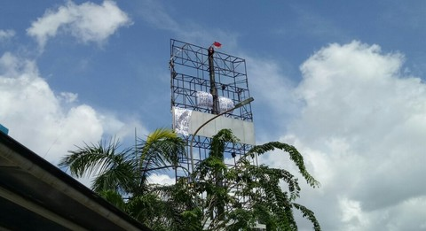 Pria Panjat Baliho Papan Reklame