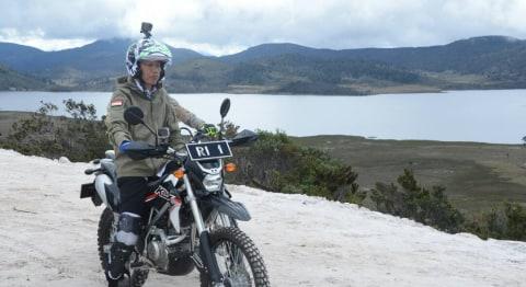 Presiden Jokowi naik motor trail di Trans Papua