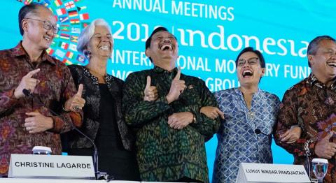 Pose Satu Jari, Menteri Sri Mulyani, Menteri Luhut Pandjaitan, IMF, Nusa Dua Bali