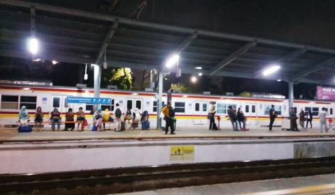 Suasana Stasiun Pasar Minggu setelah kereta normal
