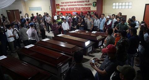 Pihak Lion Air menyerahkan jenazah kepada pihak keluarga korban di RS Polri Kramat Jati, Jakarta, Rabu (7/11).