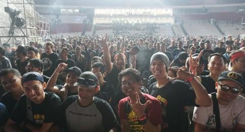 Suasana penonton Guns N Roses di GBK