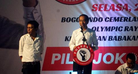 Presiden Joko Widodo (kanan) bersama Adian Napitupulu (kiri), pelantikan pelantikan 7000 Jokowi, Pergudangan Olympic Bogorindo