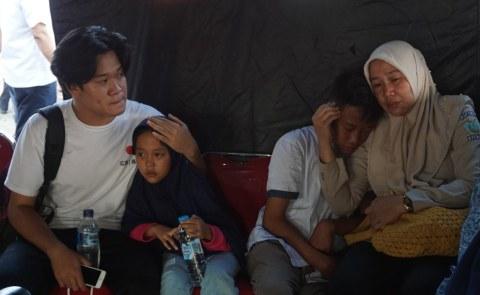 Salah satu keluarga korban mendatangi dermaga JICT