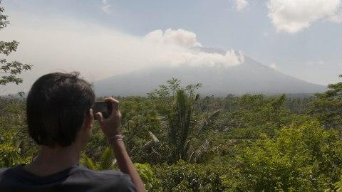 Kepulan asap Gunung Agung