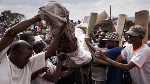 Upacara Famadihana di Madagaskar