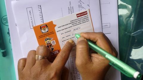 Petugas mengisi daftar pemilih pilkada