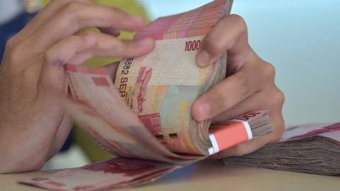 Ilustrasi menghitung mata uang Rupiah.