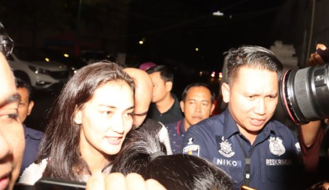 Atiqah Hasiholan tiba di Polda Metro Jaya