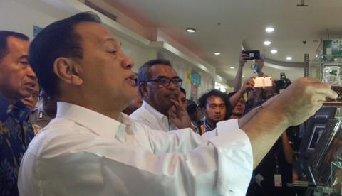 Gubernur Bank Indonesia Agus D.W. Martowardojo Berbelanja di Dalam Blok M Square