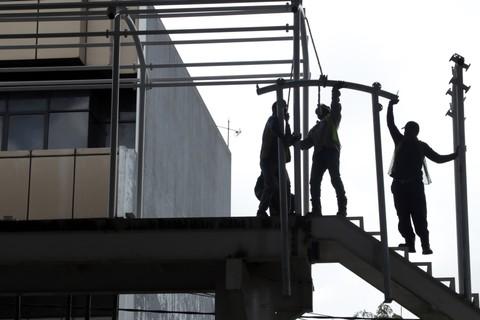 Pembangunan JPO di Jalan Wolter Mongonsidi