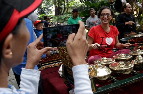"""Senyum Cerah Pemain Gamelan di Pertunjukan Wayang Orang """"Bharata"""""""