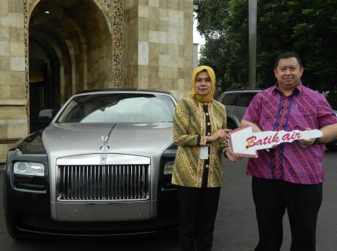 Penyerahan mobil Rolls Royce dari pihak Batik Air ke Kemensos