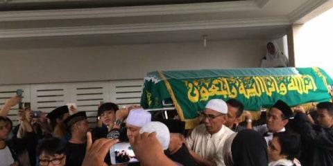 Jenazah Jupe diantarkan ke dalam masjid