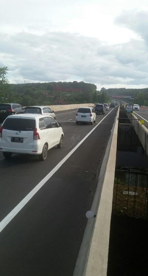 Lalu Lintas Jembatan Cisomang (tidak untuk cover)