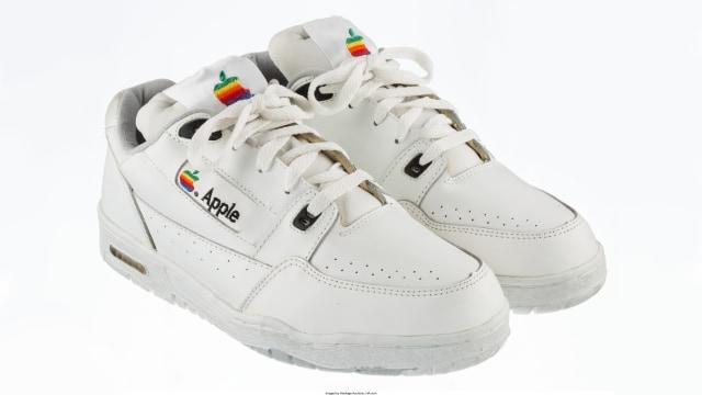 7 Tips Membersihkan Sepatu Putih dengan Mudah - kumparan.com fc0bc040b1