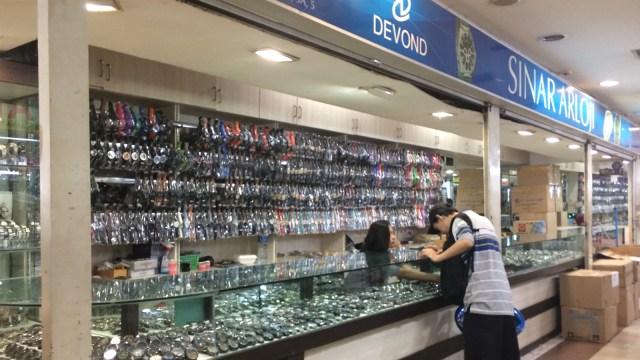 Kios Jam Tangan di dalam Pusat Grosir Senen. (Foto  Kelik Wahyu  Nugroho kumparan) 202cf8cc7a