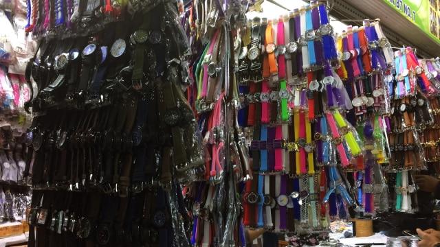 Jam Tangan Dijual Grosir di Pusat Grosir Senen (Foto  Kelik Wahyu  Nugroho kumparan) c0a385a515