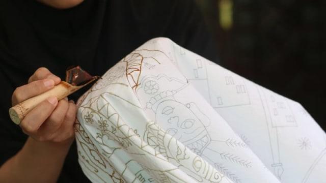 Batik Betawi. (Foto  ANTARA Syailendra Hafiz Wiratama) 1c110f724b