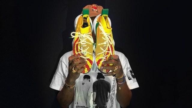 322a8e3208c Pharrell Williams Goda Para Penggemar dengan Model adidas Terbaru ...