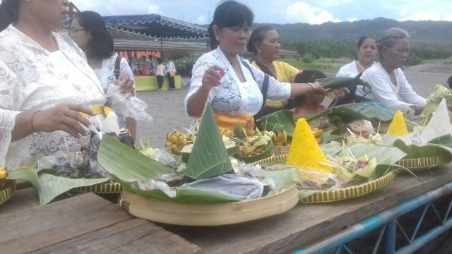 Mengenal Banten Yang Dibawa Umat Hindu Saat Upacara Melasti