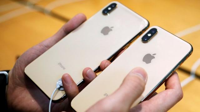 Seorang pelanggan membandingkan ukuran iPhone XS dan iPhone XS Max baru di  Apple Store di Singapura. (Foto  REUTERS Edgar Su) 0f2e24c317