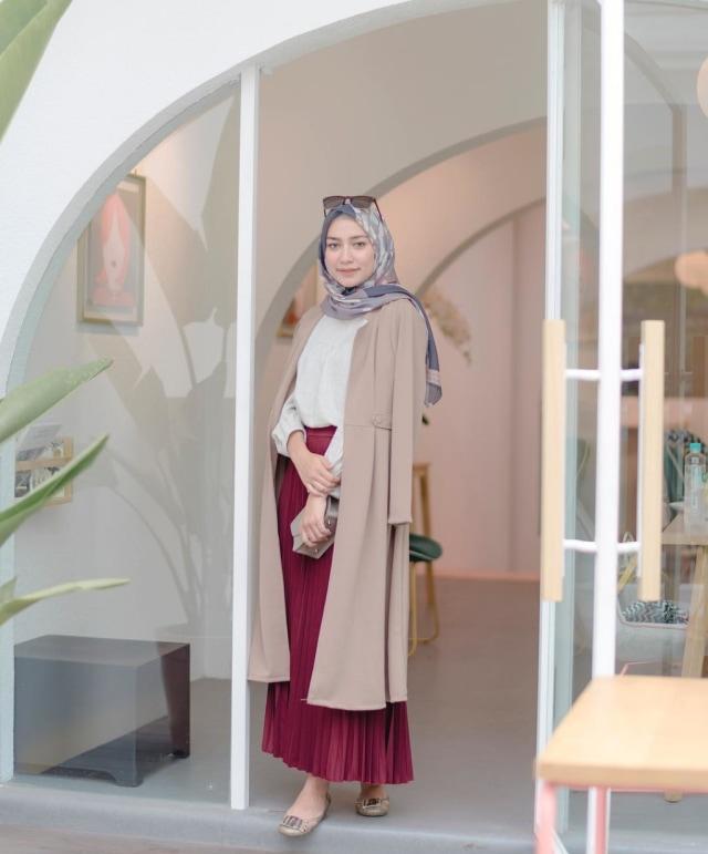 Simple Elegan Coat. Fashion item seperti outer long coat cocok banget  dipakai saat musim hujan. Outer seperti ini bisa kita mix and match untuk  tampilan ... 83d7b60965