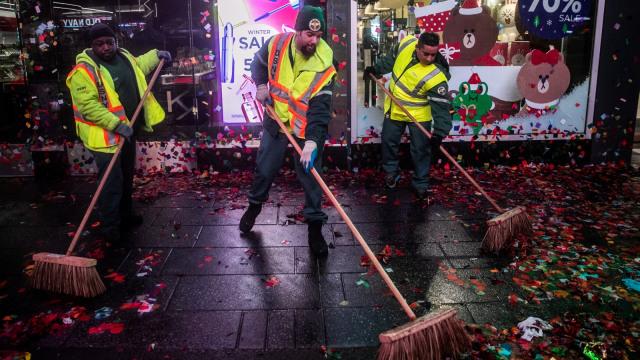 Membersihkan Ruangan setelah Pesta Malam Tahun Baru.