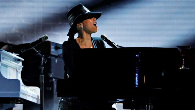 Hasil gambar untuk Alicia keys dua gitar dan piano , Grammy Award