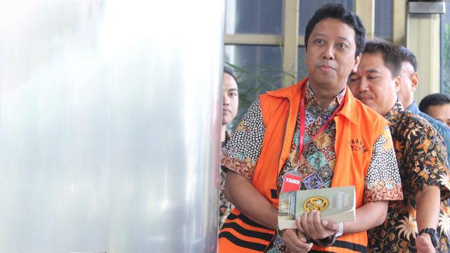Romy Ppp Tersangka Picture: Foto: Romy Tutupi Borgol Di Tangan Dengan Buku