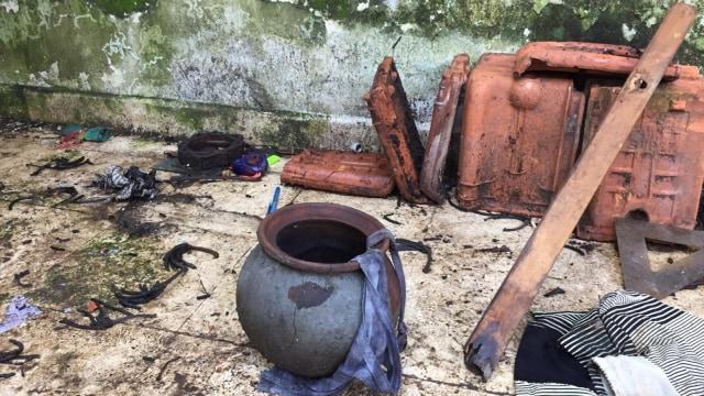 Sejumlah barang-barang yang ada di dalam rumah kosong di Depok, tempat ditemukannya jalangkung oleh Tim Jaguar, Polres Depok. Foto: Lutfan Darmawan/kumparan